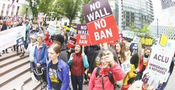 旅行令兩度遭質疑 聯邦法院門外民眾示威
