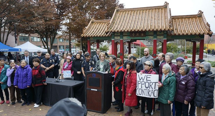 華人踴躍出席支持警察加薪聽會 市長親臨華埠致謝