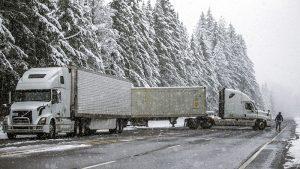 雙重暴風雪接連席捲西市 駕駛人被困高速 數萬居民停電