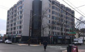 華埠老年住宅居民憂心 一管理人員確診染新冠